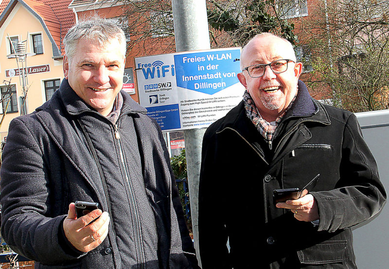 Arno Minn, Geschäftsführer der Stadtwerke Dillingen und Bürgermeister Franz-Josef Berg präsentieren das freie Wlan-Netz in der Dillinger Innenstadt. Foto: Stadt Dillingen/Theobald