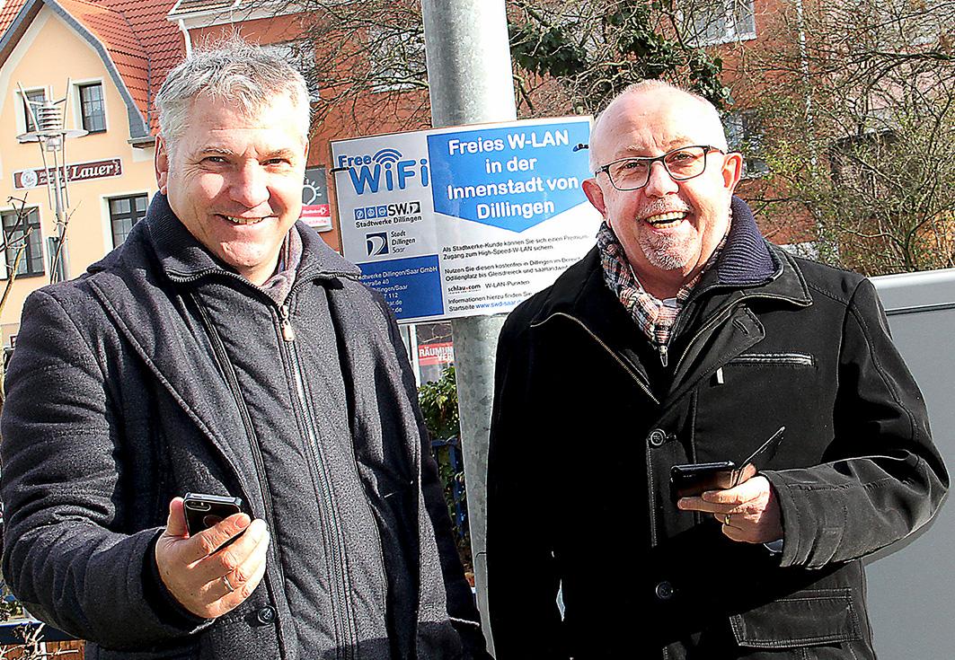 Arno Minn, Geschäftsführer der Stadtwerke Dillingen und Bürgermeister Franz-Josef Berg - kostenloses W-LAN in der Dillinger Innenstadt