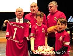 Der FV Diefflen hatte ein Trikot mit der schönen Bezeichnung Bürgermeister Nr. 1 der Stadt Dillingen sowie eine große Torte mitgebracht 3894
