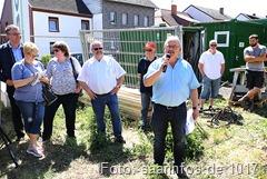 Spatenstich - Bürgermeister Manfred Schwinn konnte zahlreiche Gäste beim lsan erwarteten Spatenstich zum Feuerwehrgerätehaus begrüßen