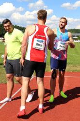 Markus Münch gratuliert dem Sieger Robert Harting