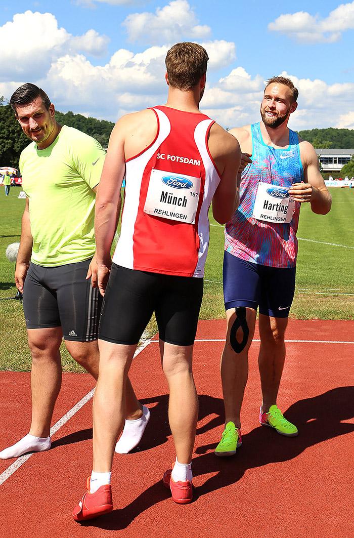 Markus Münch gratuliert dem Sieger Robert Harting beim Pfingstsportfest in Rehlingen 2017