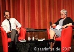 Heiko Maas -bei einer Lesung in der Stadthalle Merzig stellte er sein Buch Ausstehen statt Wegducken vor