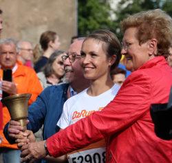 Magdalena Neuner läutet gemeinsam mit Bürgermeister Berg und Monika Bachmann den B2Run Firmenlauf in Dillingen 2017 ein