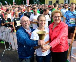 Magdalena Neuner läutet gemeinsam mit Bürgermeister Franz Josef Berg und Sozialministerin Monika Bachmann den B2Run Firmenlauf in Dillingen 2017 ein