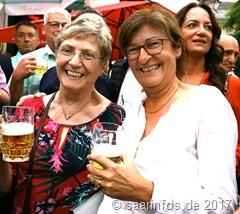 Bürgermeisterin Marion Jost nahm den Fassanstich vor und stieß mit der neuen Preisträgerin an