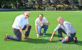 Die Kicker - des VfB Dillingen haben einen neuen Kunstrasenplatz. Unser Foto zeigt (v.l.) Stefan Schmitt (1. Beigeordneter), Jörg Ehm (Bauverwaltung) und Josef Shya (Vorsitzender VfB Dillingen) bei der Besichtigung des neuen Kunstrasens.