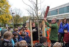 Dietmar Esser und sein Team der Grünflächenabteilung setzten den Ginkgo inmitten begeisterter Kinder. Foto: Cindy Balge