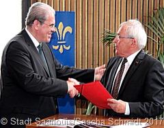 Laudator Hans Jörg Schu (rechts) gratuliert Preisträger Armin Lamar.