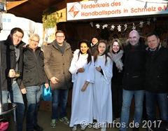 ortsvorsteher Wolfram Lang (zw. v. r.) eröffnete den Schmelzer Weihnachtsmarkt gemeinsam mit Ortsvorsteher Günter Huberty (l.)