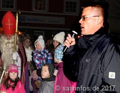 Eröffnet wurde der Merziger Nikolausmarkt von Bürgermeister Marcus Hoffeld, im Huntergrund wartet bereits der Nikolaus