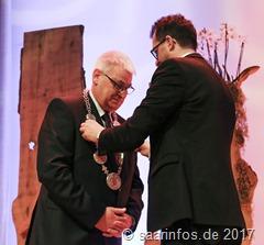 Minister Reinhold Jost (r.) legte Peter Demmer die Amtskette an