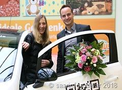 Marktleiter Oliver Krauß (r.) gratulierte der glücklichen Gewinnerin