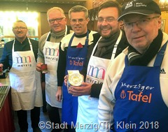 Die Benefizaktion des Merziger Bürgermeisters Marcus Hoffeld (M.), die während des Weihnachtsmarktes zu Gunsten der Merziger Tafel durchgeführt wurde, verlief erneut erfolgreich
