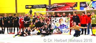Am Ende versammelten sich alle teilnehmenden Mannchaften um die entstandenen Fotos und beundeten auf diese Weise ihre Solidarität DSC08099 b