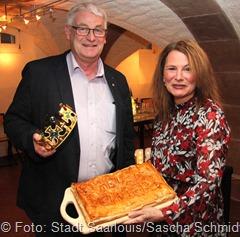 Sowohl für Honorarkonsulin Myriam Bouchon als auch für OB Peter Demmer war die diesjährige Galette des Rois eine Premiere in ihren neuen Ämtern. Zu dieser besonderen Premiere überreichte Bouchon eine Galette mit Widmung an den neuen Verwaltungschef.
