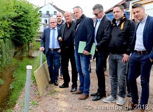 Innenminister Bouillon (Dritter v.l.) überzeugte sich  bei einer gemeinsamen Begehung mit Bürgermeister Armin Emanuel ( l. )  von der Notwendigkeit der Maßnahme          4445