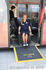 An einem KVS Bus konnte man das Besteigen und Verlassen eines Busses mit Rollstuhl oder Rollator üben