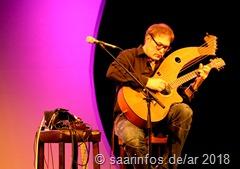 4557 Don Alder ist einer der wenigen Gitarristen in der Welt, die die Harp Guitar beherrschen