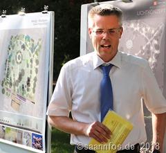 """Beim symbolischen """"ersten Spatenstich"""" erläuterte Bürgermeister Marcus Hoffeld die Pläne für die vorgesehene Gestaltung des Merziger Stadtparks"""