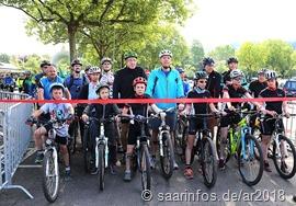 Rund 100 Zweiradfahrer waren beim Start dabei