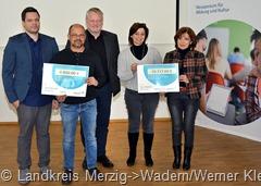 """Freuen sich über den Titel """"Medienschule"""" und Förderbescheide (v.l.) Steffen Haben und Marc Elsholz (FBKS), Minister Ulrich Commerçon, Daniela Schlegel-Friedrich und Ellen Küneke (HWG). (Foto: Landkreis Merzig-Wadern/Werner Klein)"""