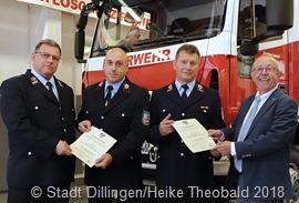 Bürgermeister Franz-Josef Berg (rechts) und Wehrführer Raimund Grandmontagne (links) überreicht Jürgen Birk (2. v. rechts) und Kai Hiller die Ernennungsurkunden