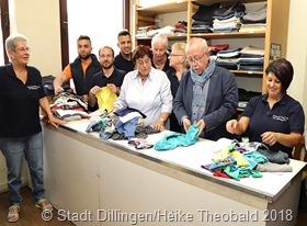 Bürgermeister Franz-Josef Berg machte sich ein Bild über die Arbeit in der Kleiderkammer. Foto: Stadt Dillingen/Theobald