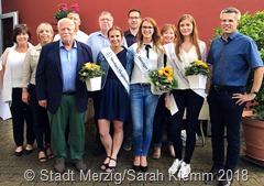 """Foto """"Jury + Viezdreigestirn"""": vordere Reihe: Karin Blum-Kiefer, Ute Habermann, Winfried Burger, Laura Fox, Nathalie Zimmer, Sophie Jäger, Marcus Hoffeld"""