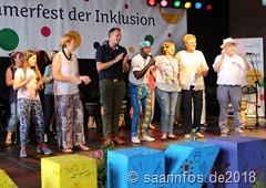 Sommerfest der Inklusion: Der Percussionist Dédé hatte ein Lied komponiert, dass er mit dem Publikum und den Ehrengästen einstudierte