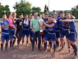 Bürgermeister Marcus Hoffeld übereichte den Pokal an die siegreiche Mannschaft des FC Brotdorf