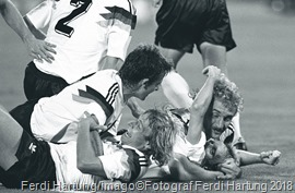 Bildnummer: 06245454 Datum: 08.07.1990 Copyright: imago/Ferdi Hartung WM 1990, Finale in Rom, Torjubel BR Deutschland, v.re.: Rudi Völler (obenauf), Andreas Brehme, Jürgen Klinsmann (vorn) und Pierre Littbarski; Herren Fussball WM 1990 Nationalteam Länderspiel sw vneg xmk quer Aufmacher o0 Aktion o0 Jubel Freude BRD Emotionen Image number 06245454 date 08 07 1990 Copyright imago Ferdi Hartung World Cup 1990 Final in Rome goal celebration BR Germany v right Rudi Völler on top Andreas Brehme Jürgen Klinsmann front and Pierre Littbarski men Football World Cup 1990 National team international match SW Vneg xmk horizontal Highlight o0 Action shot o0 cheering happiness Germany Emotions