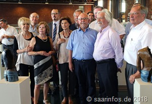 Bürgermeister Franz Josef Berg (Bildmitte) eröffnete den ersten Dillinger Kunstsommer gemeinsam mit Kunstorganisator Claus Zöllner (r) und vielen anwesenden Künstlern