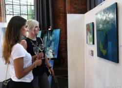 Der Kunstsalon im Dillinger Lokschuppen lockte bereits zur Eröffnung viele Besucher in die Hüttenstadt