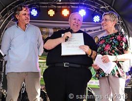 Saarlouis hat einen neuen Tonton: Reiner Calmund, der seinen Urkunde vom Vorsitzenden des Altstadtfördervereins Raoul Mailänder (L.) erhielt. Rechts im Bild Vorjahrespreisträgerin Karin Petert