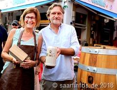 Beim Fassanstich: Bürgermeisterin Marion Jost (l.) und Raoul Mailänder.
