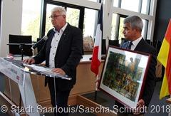 Der Saarlouiser OB Peter Demmer überrreichte ein persönlioches Gastgeschenk von Melitta Henz an Bürgermeister Davis Samzun