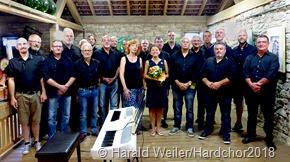 Die Vernissage umrahmte der Hardchor Lisdorf,der auf unserem Foto, die Künstlerin Anke Bier (bildmitte links) und die Pianistin und Dirigentin des Chors Natalya Chepelyuk (Bildmitte rechts).