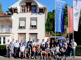 Die Auszubildenden der V&B Fliesen GmbH mit Geschäftsführer Tom Waltasaari (3.