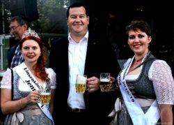 Linsenkönigin Jennifer I und Linsenprinzessin Sabrina I. umrahmern Schirmherrn Armin Streit