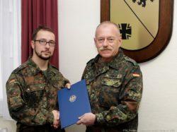 Oberst Schirra übergibt die Ernennungsurkunde an Oberfeldarzt Mock
