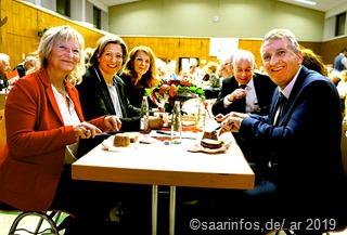 Beim Schweinskäs Essen, das hier (vlnr.) Sylvia Hoffmann, Anke Rehlinger, Petra Berg, Jürgen Barke und Patrik Lauer mundete