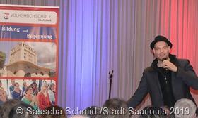 Bei Slam-Poetry geht es um den lyrischen Moment, erklärte Bas Böttcher. Mit seiner Wort-Kunst begeisterte er zum Auftakt des neuen vhs-Semesters in Saarlouis. Fotos: Sascha Schmidt