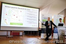 Neue geplante Standorte für Ladesäulen zeigten Dr. Ralf Levacher und Guillem Tänzer vor der Inbetriebnahme der neuen Ladesäulen auf dem Kundenparkplatz der Stadtwerke