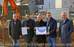 Umweltminister Reinhold Jost (2. v.r.) bei der Überreichung des Zuschussbescheides an Bürgermeister HJ Neumeyer (M.) und Ortsvorsteher Georh Maringer (2. v.l.)