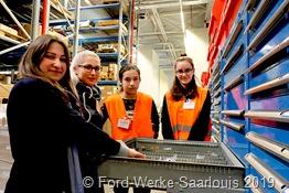 Die Facharbeiterinnen Huelya Kilic Katharina Appel (links) erklären Juanna Korb und Joanna Qehaja die Aufgaben einer Lagerlogistikerin