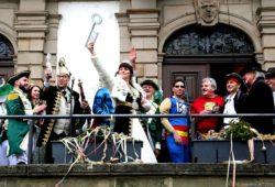 Triumphierend streckt Prinzessin Yvonne I. den Rathausschlüssel empor