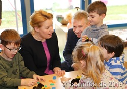 Wähend des Rundgangs unterhielt sich die Ministerin auch mit den Kindern