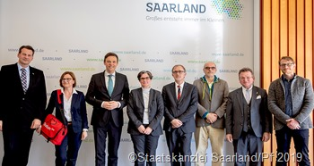 Unser Foto zeigt die Preisträger des Landespreises Hochschullehre mit Ministerpräsident Tobias Hans  (3. vr)