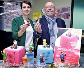 Die Leiterin der Stadtbibliothek, Dana Funke, präsentiert mit Bürgermeister Franz-Josef Berg den neuen Hörspaß. Foto: Stadt Dillingen/Theobald